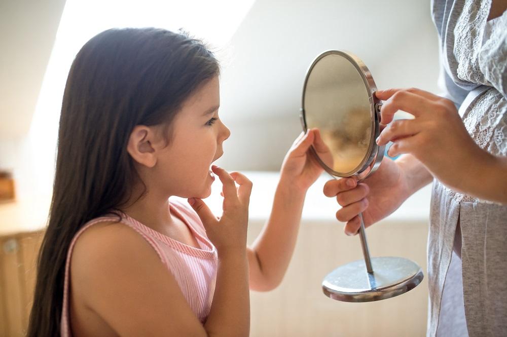 El cuidado de los dientes de leche y salud bucal al nacer